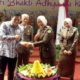 Kajari Kota Kediri Dra. Martini, SH saat memberikan potongan tumpeng kepada Walikota Kediri Abdullah Abubakar, SE. foto:aji