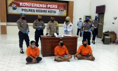 Ketiga pelaku prostitusi online saat di Mapolresta Kediri