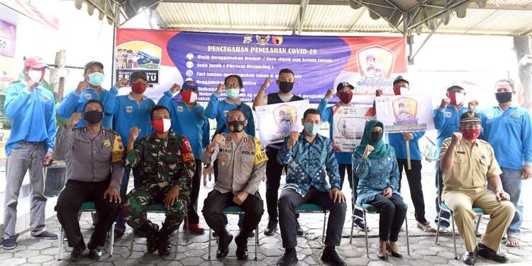 Walikota Kediri, Kapolresta Kediri, dan Ketua TP PKK Kota Kediri usai pembagian masker bertempat di Halaman Kantor Kelurahan Betet, Senin (10/8/2020)