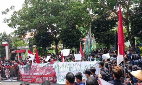 Aksi unjuk rasa tolak UU omnibus law di depan DPRD Kota Kediri.