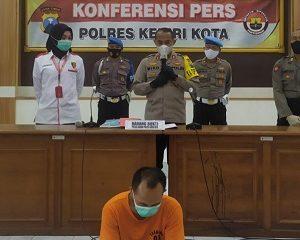 Kapolresta Kediri, AKBP Miko saat rilis kasus pencabulan anak dengan tersangka WA.